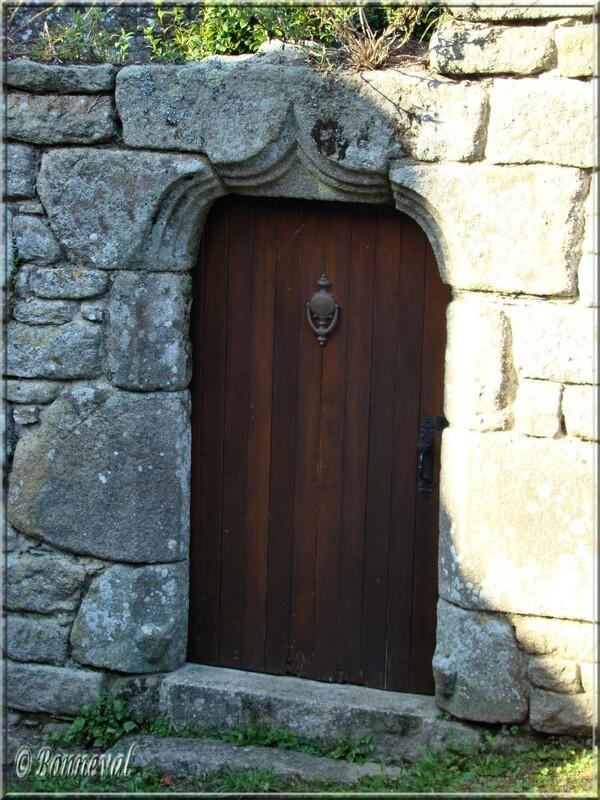 Finistère Locronan porte linteau arc en accolade gothique