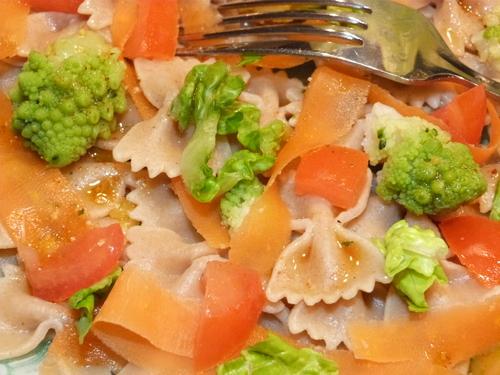 Salade de farfalles aux tagliatelles de carottes et fleurs de choux