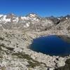 Passage au petit col (2462 m), devant l'ibón (lac) del Serrato Occidental