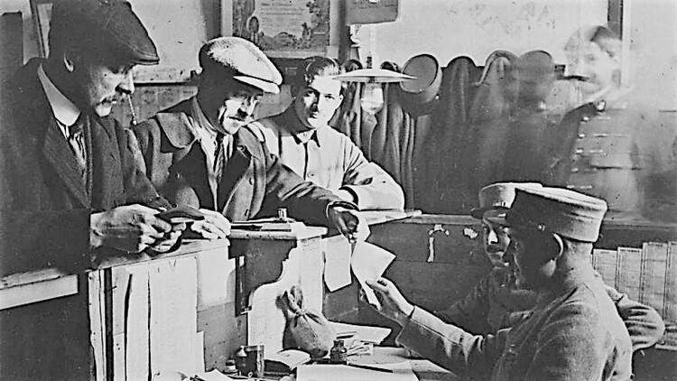 Paris, École militaire, dépôt démobilisateur, versement du pécule le 13 février 1919 (source : Collection La Contemporaine)