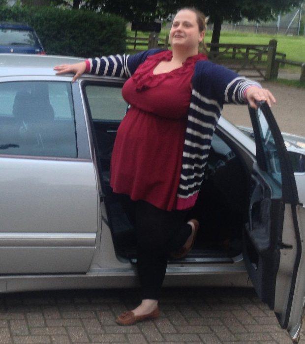 C'est avec joie que cette femme prend la pose pour vendre sa voiture sur eBay
