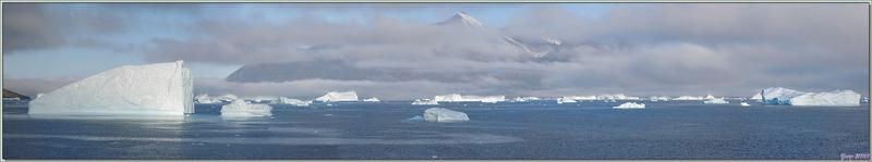 8 août 2019 : l'Austral est arrivé à Karrat Fjord, dans un superbe paysage encore brumeux et entourés d'icebergs - Groenland