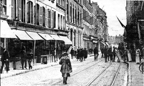 Une seule voie pour les tramways dans une rue Royale étroite