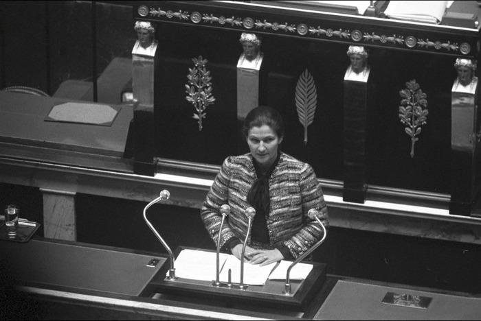 Simone Veil connue principalement pour avoir obtenu la légalisation de l'avortement, mais elle a aussi sauvé des prisonnières pendant la guerre d'Algérie