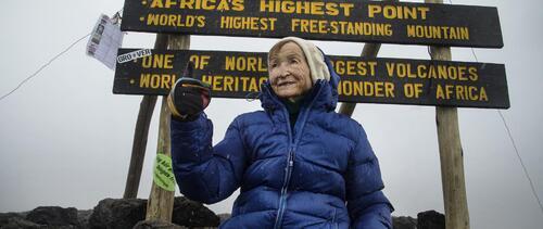 À 86 ans, elle gravit le Kilimanjaro et décroche un record mondial