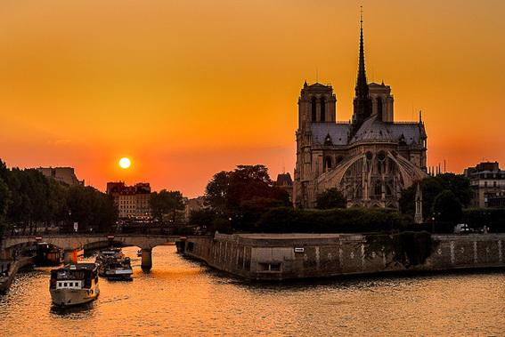 http://www.nyhabitat.com/fr/blog/wp-content/uploads/2013/04/Paris-romantique-coucher-de-soleil-seine-fleuve-croisiere-pont.jpg