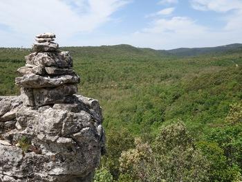 Un beau cairn en bordure d'une terrasse de pierre qui a abrité notre pique-nique