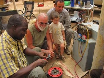 Burkina Ouaga  Réparation du frigo de Jeff