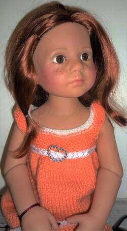 zoé en petite robe orange