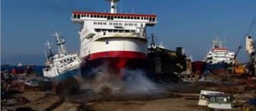 Ce cargo ne s'arrête pas à l'approche du port  (vidéo impressionnante) !!!