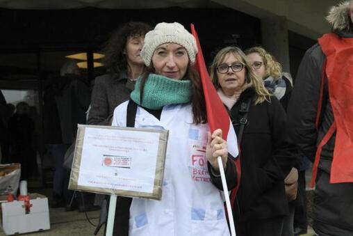 A 14 h 15, les manifestants commencent à se rassembler devant le conseil départemental du Finistère, à Quimper.
