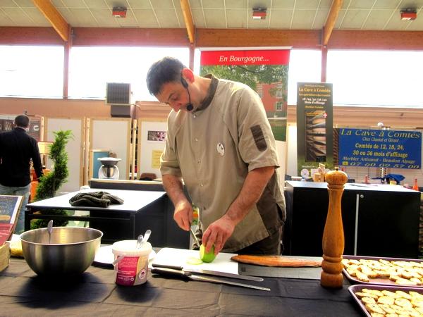 """Arole Dupaty, Chef du restaurant le Sabot de Vénus a démontré tout son talent au salon """"Art et Saveurs""""organisé par le Lions Club"""
