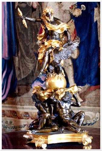 Paris. Objets d'art au Louvre.