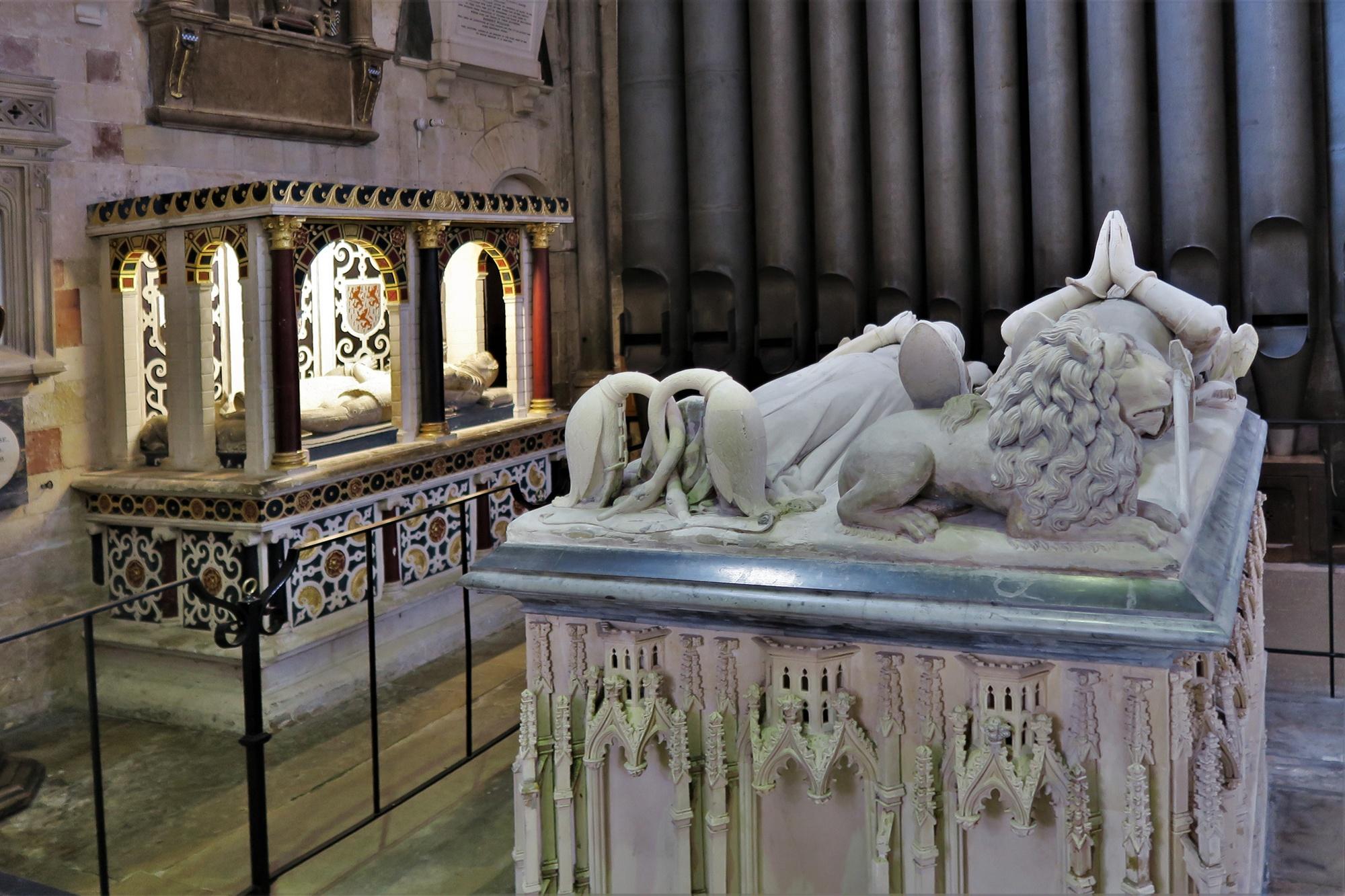 EXETER. Cathédrale. Tombeau de Hugh Courtenay (décédé en 1377) et de son épouse la Comtesse Margaret (décédée en 1391)