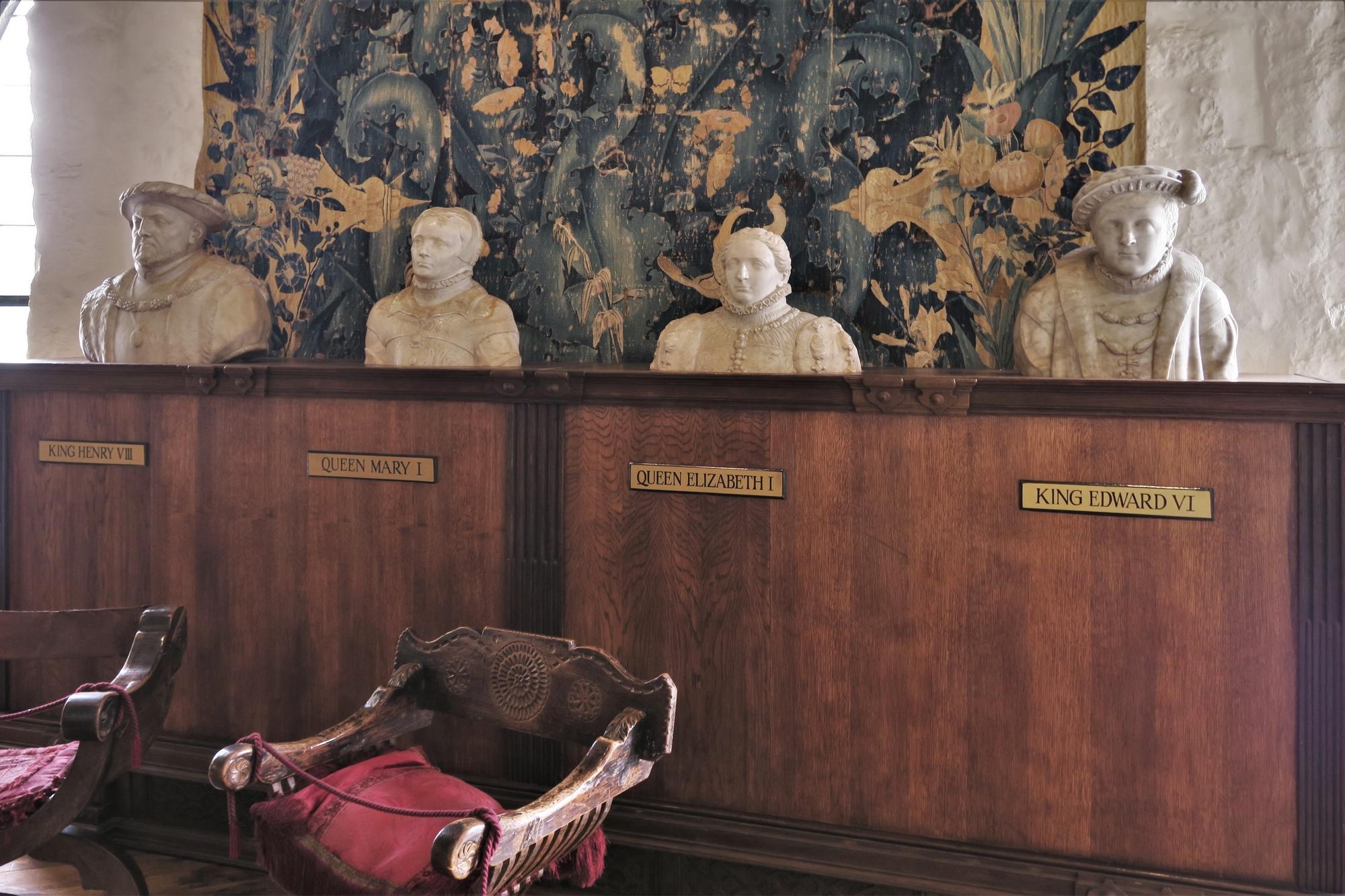 Les 4 bustes des Tudor : Henri VIII et ses 3 enfants. Probabelement le seul groupe de statues contemporaines restant de la dynastie Tudor.