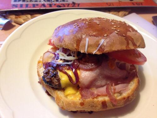 Hamburger  bœuf, lard, oignon rouge fromage