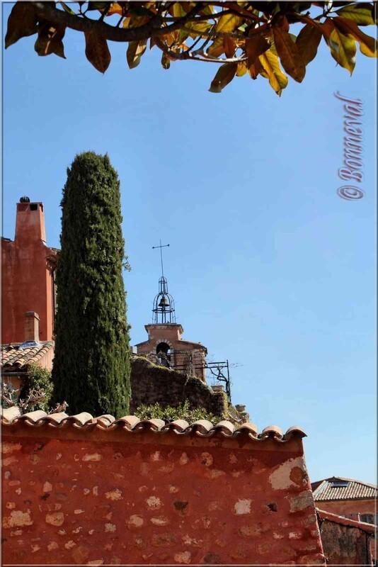 Roussillon Vaucluse le beffroi vu du chemin de ronde