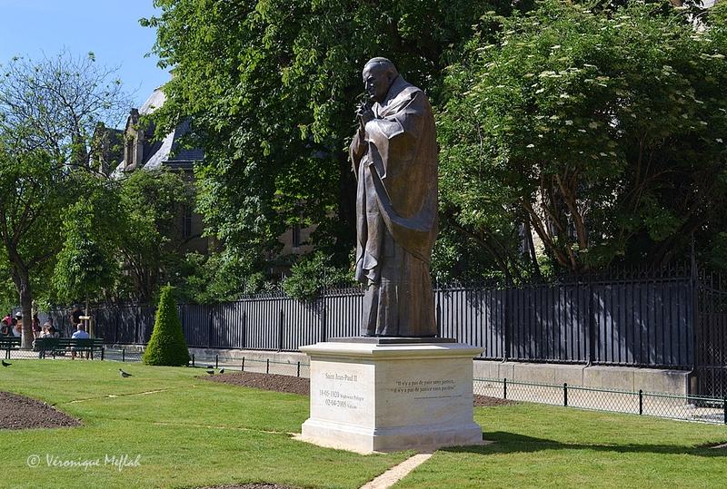 Paris : la statue de Jean-Paul II près de Notre-Dame