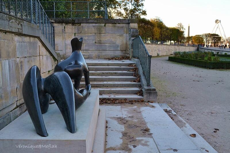 Jardin des Tuileries : Reclining Figure de Henry Moore