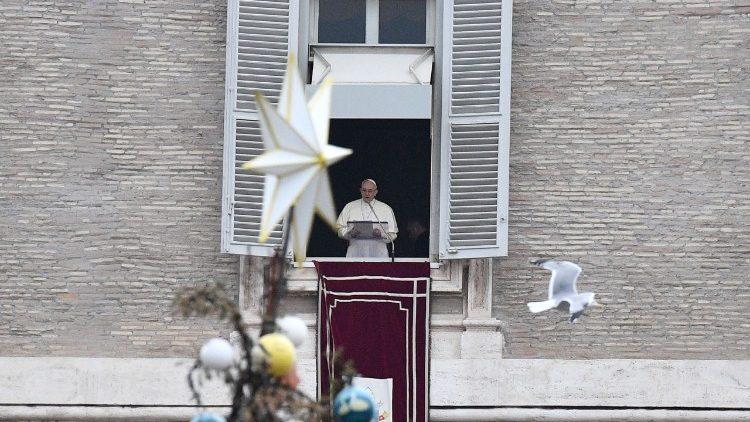 Le Pape à la fenêtre du Palais apostolique lors de l'Angélus du 1er janvier 2018.