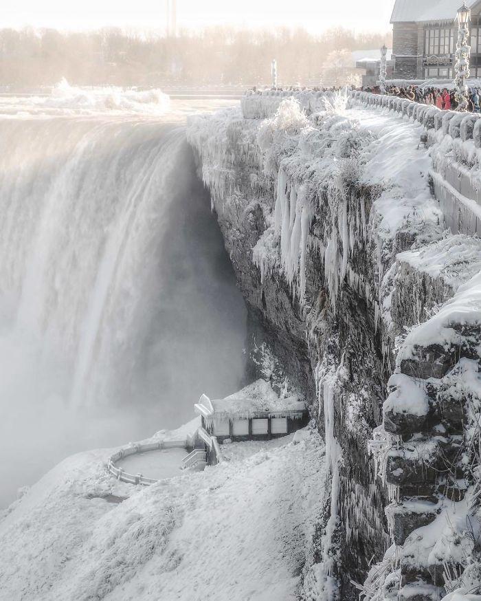 Il fait si froid au Canada que les chutes du Niagara sont gelées et semblent sorties tout droit de Narnia