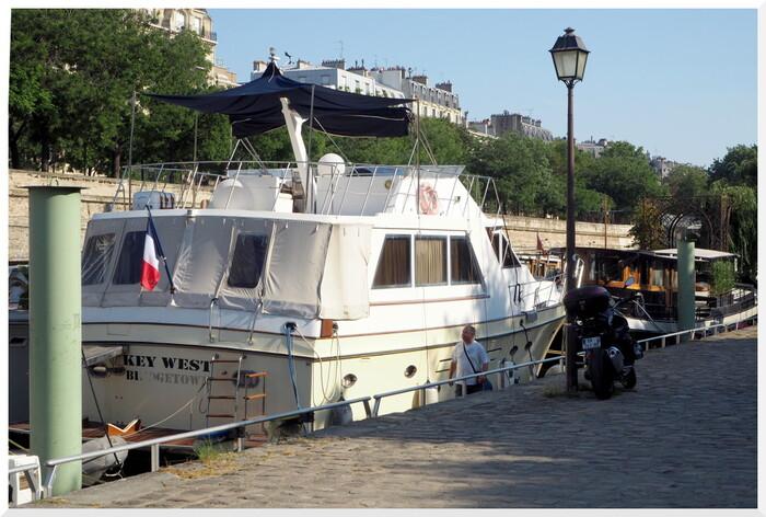 Immeubles face au port de l'Arsenal de Paris.