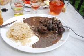 Rognons au Madère, riz et crudités