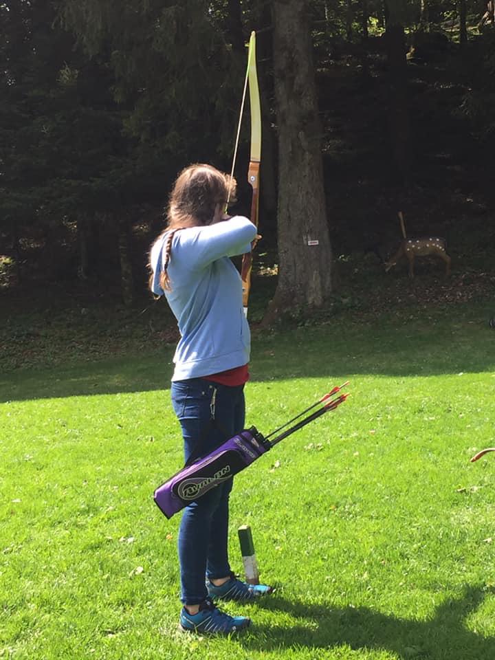 L'image contient peut-être: une personne ou plus, personnes qui pratiquent un sport, personnes debout, herbe, plein air et nature