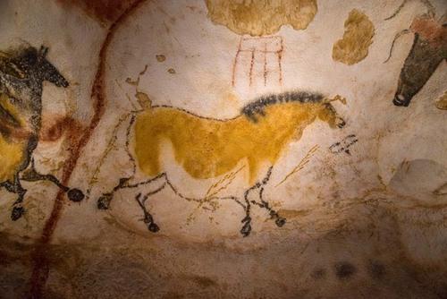 Différentes versions de l'invention de la grotte de Lascaux ont été rapportées. Elles sont parfois contradictoires et souvent relatées de façon fantaisiste : découverte fortuite par un chien ou en jouant au ballon, exploration volontaire de la cavité déjà connue. Celle-ci a été effectuée en deux temps, les 8 et 12 septembre 1940.  Selon la version la plus fréquemment racontée, le 8 septembre 1940, Marcel Ravidat découvre l'entrée de la cavité lors d'une promenade sur la commune de Montignac en Dordogne avec ses camarades Jean Clauzel, Maurice Queyroi et Louis Périer. Au cours de cette promenade, son chien Robot poursuit un lapin qui se réfugie dans un trou situé à l'endroit où un arbre avait été déraciné : un orifice d'environ 20 cm de diamètre s'ouvre au fond de ce trou, impossible à explorer sans un travail de désobstruction. En jetant des pierres pour essayer de faire sortir le lapin, Marcel Ravidat constate que le trou communique avec une vaste cavité. Comme cela se situe à 500 mètres du château de Lascaux, il pense qu'il s'agit de la sortie d'un souterrain.  Lascaux II est le fac-similé de la grotte originale, située à seulement 200 mètres. C'est la copie exacte des deux salles principales de Lascaux, grotte fermée au public en 1963. Elle contient 90% des peintures de Lascaux. Des visites intimes sont proposées pour apprécier, en petits groupes, la force et l'intimité de cette grotte ornée la plus visitée au monde.