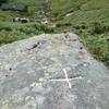 Croix gravée sur un monolithe