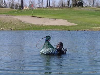 Récupérateur de balles de golf dans les étangs ...