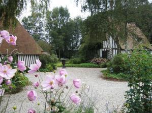 La-Muette----b--timents-vus-du-jardin---30-08-07.jpg