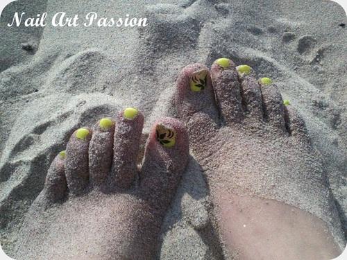 Nail art fleur fluo sur les pieds !