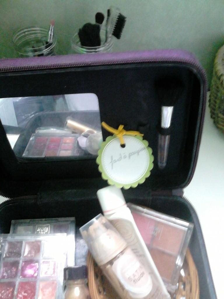 maquillages compartimentés et étiquetés (certaines perforées et liées avec un lien en cuir jaune)