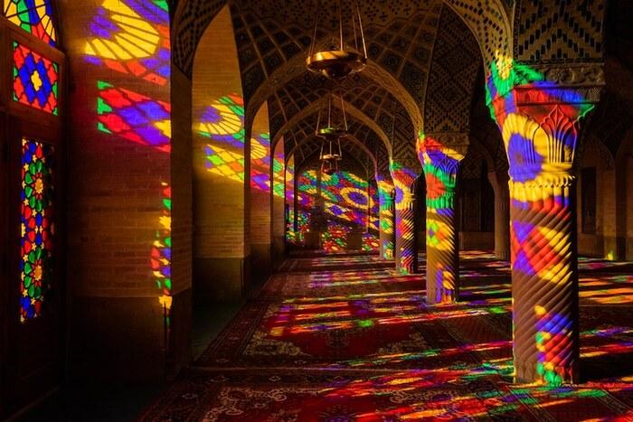 L'impressionnante «mosquée rose» de l'Iran est illuminée par un kaléidoscope de couleurs Par Jenny Zhang et Jessica Stewart le 19 novembre 2019