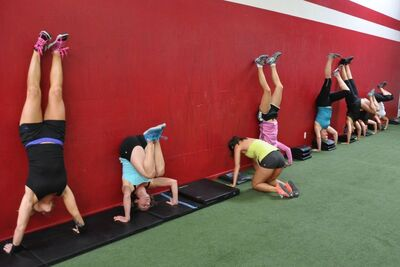 dance ballet fitness training exercices in the wall