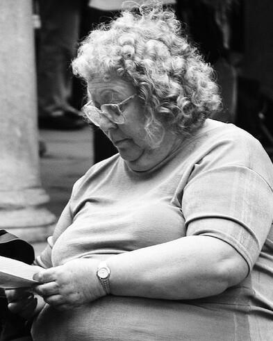 8 - Les vieilles dames lisant …dehors