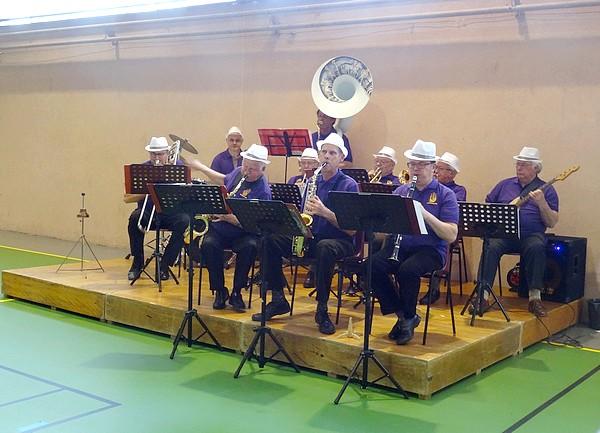"""Les seniors  de Châtillon sur Seine ont partagé un goûter en musique, avec le """"Tamalou Orchestra"""""""