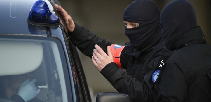 Opérations policières après les attentats à Bruxelles, un suspect en fuite