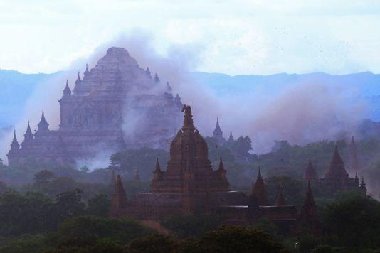 Le temple Dhammayangyi dans la poussière provoquée par la secousse qui a fait trembler le site de Bagan le 24août.