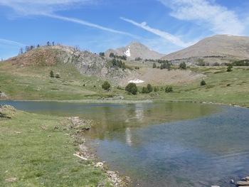Derrière l'étang de l'Anec, les pics Péric