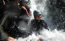 Les enfants s'amusent avec diverses activités aquatiques !