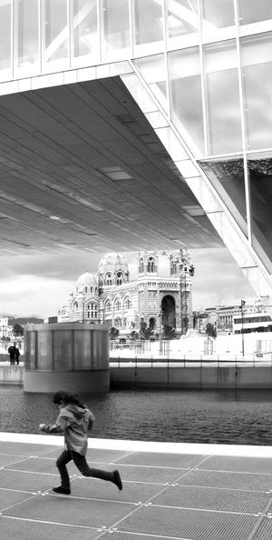 L'Art-multiple se pose dans la ville haute.