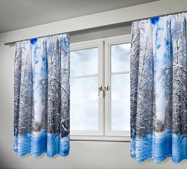 Fenêtre et rideaux d'hiver