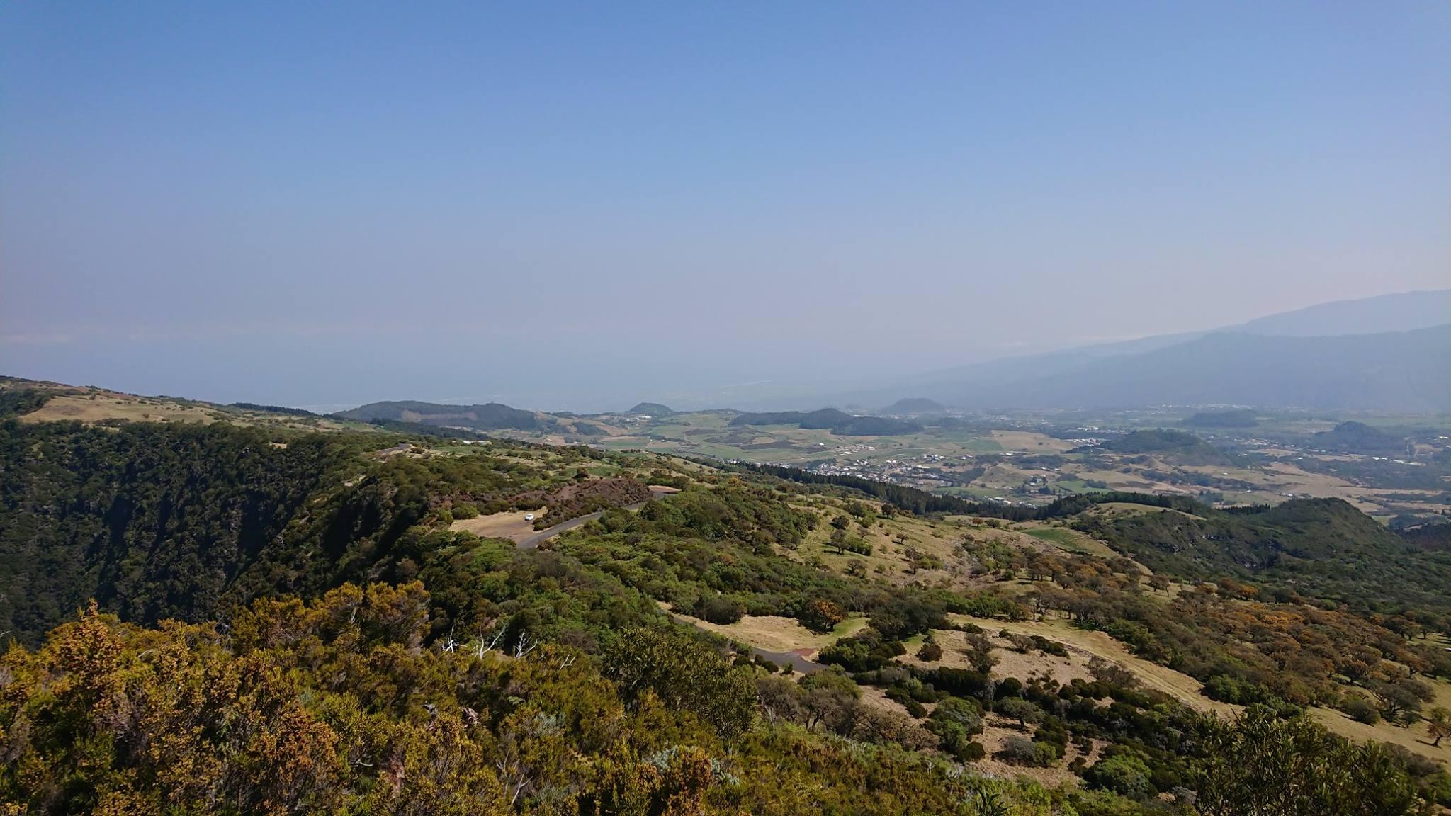 L'image contient peut-être: ciel, montagne, arbre, plante, plein air et nature