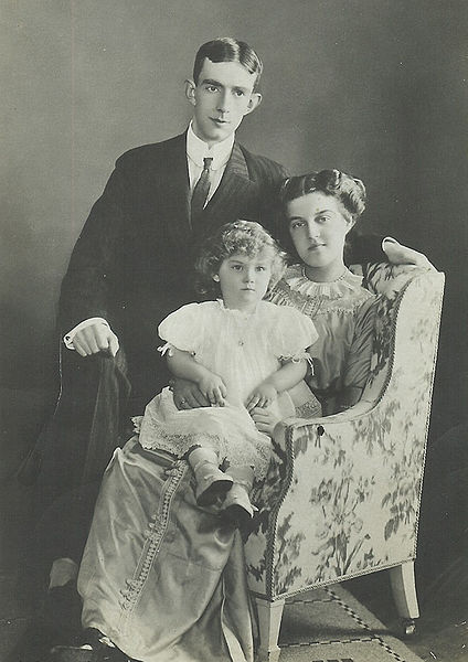 File:Prins Wilhelm och prinsessan Maria med prins Lennart, foto Hofatelier Jaeger 1911.jpg