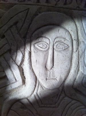 Sarcophage de Chrodoara avec la dédicace : « Chrodoara, noble, grande et illustre, de ses propres biens enrichit les sanctuaires » (vers 730, église Saint-Georges et Sainte-Ode d'Amay, Belgique)