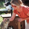 BB caressant un petit chat