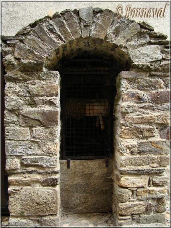 Sauveterre-de-Rouergue bastide Aveyron puits de Brassat