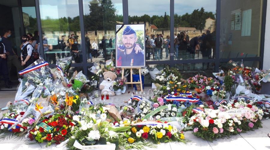 https://cdn-s-www.ledauphine.com/images/60238941-E715-46FA-AFA6-F5708013E2EF/NW_listA_M/hommage-a-eric-masson-des-milliers-de-personnes-venues-rendre-hommage-au-policier-tue-a-avignon-1620567532.jpg